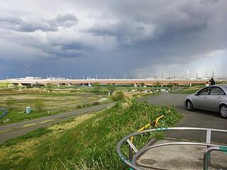 下流にはどす黒い雲が。。。