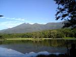 湖面に映える知床連山